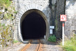 Leinwanddruck Bild - Einfahrt in eien Zugtunnel
