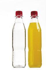 Zwei Flaschen mit Fruchtsaft und Mineralwasser