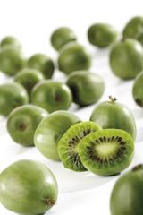 Ganze und halbierte Kiwi-Früchte , close-up