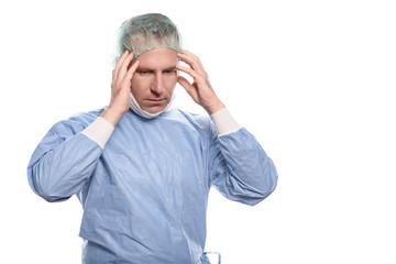 Männlicher Arzt oder Pfleger mit Kopfschmerzen