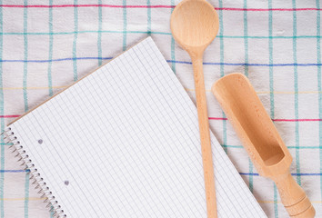 leeres Rezeptbuch und Kochlöffel
