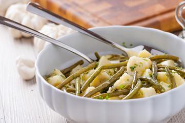 Insalata di fagiolini verdi e patate nell'insalatiera