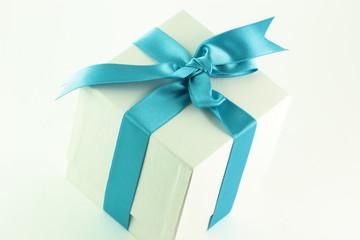 Pacchetto regalo bianco con fiocco azzurro