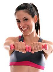 Joven mujer entrenando sujetando pesas de gimnasio.