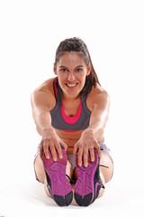 Joven mujer entrenando,estirando músculos,calentando.