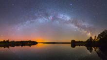 Jasny Droga Mleczna nad jeziorem w nocy (zdjęcie panoramiczne)