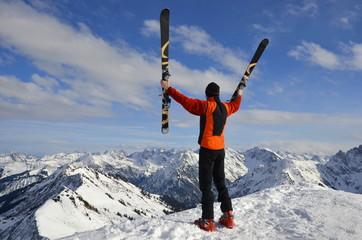 Sportler, Skifahrer hat Erfolg am Gipfel