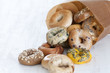 ベーグル 紙袋 溢れる パン たくさん 種類