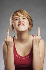 Teenager Mädchen zeigt Mittelfinger