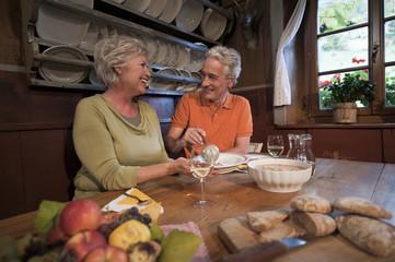Älteres Paar,die ihre Snacks im Gästehaus essen