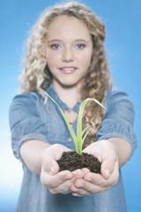 Mädchen,die eine Pflanze