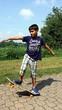 Bambino sullo skateboard