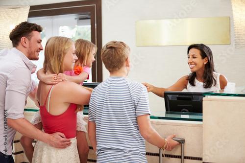 Rodzina Sprawdzanie W Recepcja w hotelu