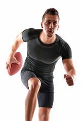 Jugador de rugby en fondo blanco.Corriendo.