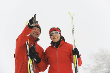 Italien,Südtirol,Paar in WinterMann zeigen