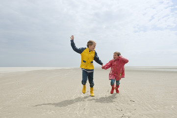 Deutschland,St. Peter-Ording, Nordsee,Kinder Hand in Hand