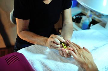 Estetista che applica lo smalto sulle unghie