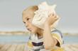 Junge mit Rießenmuschel