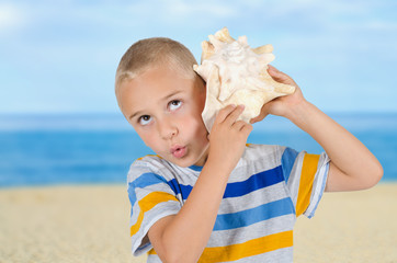 Junge am Meer mit Muschel