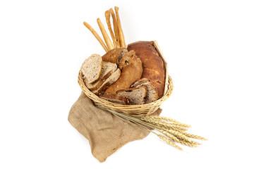 Cestino di pane e grissini isolato su sfondo bianco