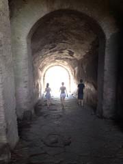 Jovenes llegando a la luz de tunel