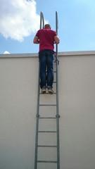 Mann steht neugierig auf Leiter