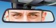 Augen im Rückspiegel eines Autos