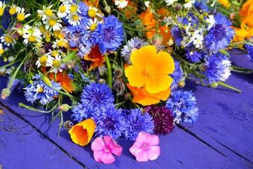 Wildblumenstrauß mit Kornblumen