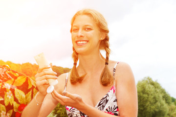 Junge Frau beim Eincremen mit Sonnencreme