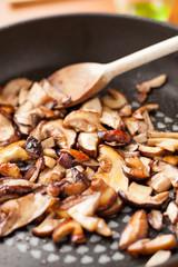 Funghi porcini affettati in padella