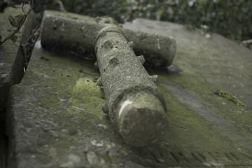 Croix sur une pierre tombale en granit