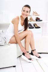 Dziewczyna przymierza buty