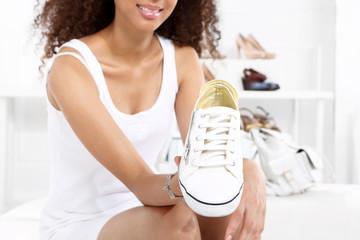 Buty sportowe, dziewczyna kupuje trampki