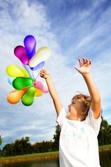 bambina con palloncini colorati