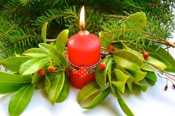 rote Kerze mit Tannengrün