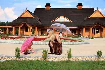 Mama z córeczką pod parasolkami.