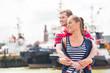 Paar umarmt sich am Hafen Kai