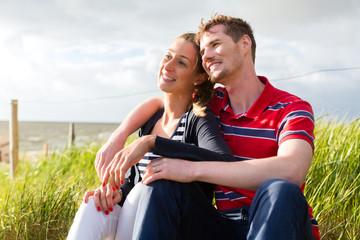 Paar bei Ostsee Urlaub in Strand Dünen