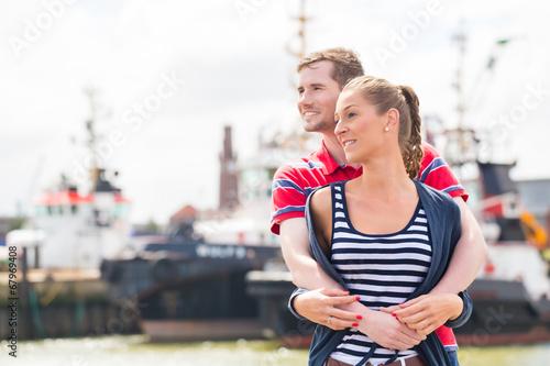canvas print picture Paar umarmt sich am Hafen Kai
