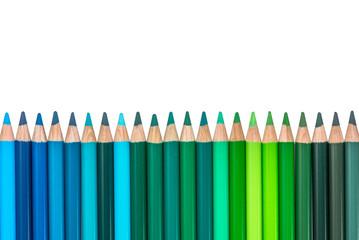 Reihe mit blauen und grünen Buntstiften
