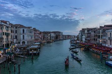 Blaue Stunde auf der Rialtobrücke in Venedig