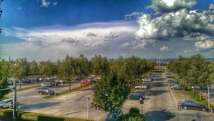 Parkplatz unter Wolken