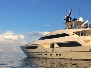 Luxuriöse Yacht am Meer
