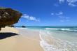 爽やかな白い波が打ち寄せる砂浜