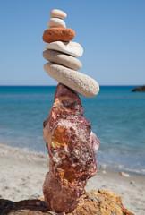 Totem di sassi in spiaggia