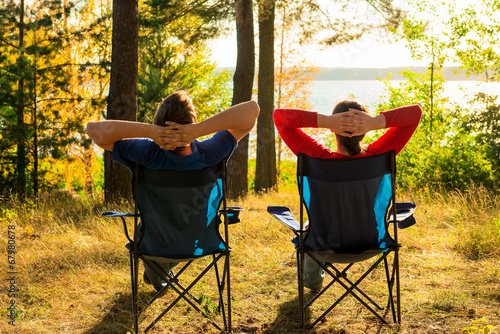 Tuinposter Kamperen man and woman resting on the lake