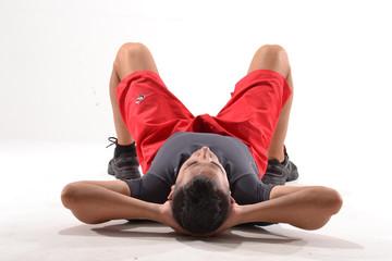 Deportista descansando,agotado,recostado y pensando.