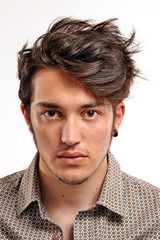 Retrato de un hombre con cabello particular.