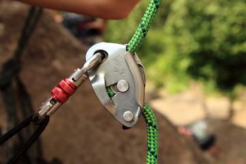 Climbing belay device, grigri