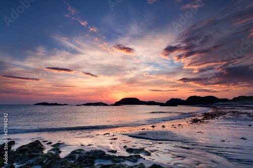 Foto Spatwand Zonsondergang op het Strand Dramatic sky at sunset on the Isle of Iona, Scotland